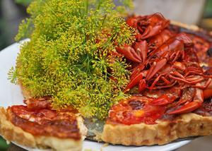 Kräftpajen fylls med bland annat hackade kräftstjärtar, tomater, chili, vitlök, ägg, grädde och smakrik Västerbottensost. God som ensamrätt eller som tillbehör på kräftbordet.    Foto: Dan Strandqvist