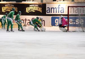 Tobias Björklund trär in kvitteringen mellan Patrik Hedbergs axel och målstolpen.