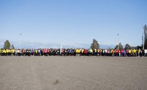 Mer än 650 deltog i det historiska loppet. Majoriteten sprang femkilometerssträckan som här ska på att börja.