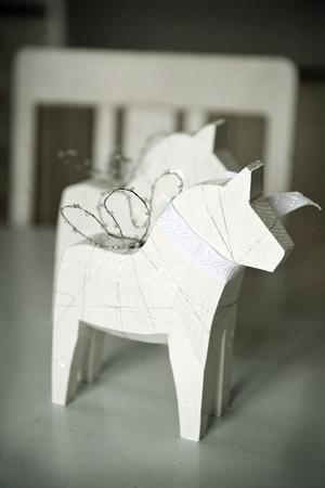 Det är Miriam som formgivit och tillverkar Änglapållen. Hästarna säljs i nätbutiken och är populära inte minst som dop - eller bröllopspresenter.