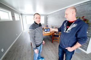 Pekka Tirsjö och Lars Östlin i RM Centers testhus. Östlin håller i dosan som företaget använder vid husbesiktningar för att testa koldioxidhalten.
