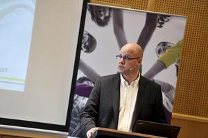 Skolverkets generaldirektör Mikael Halápi  redovisar Pisa-rapporten under en pressträff hos Skolverket i Stockholm.