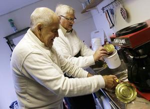 Testkockar. Staffan Andersson och Hasse Eriksson förbereder testet i köket.