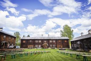 På Hembygdsgården i Ljusdal firas Nationaldagen traditionellt med sång, tal och andakt.