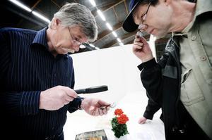 Lennart Andersson från Kilafors (till höger) fick sina gamla silverskedar härledda och värderade.