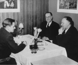 Tage Erlander äter middag med sin blivande efterträdare Olof Palme och den samarbetsvillige centerledaren Gunnar Hedlund.