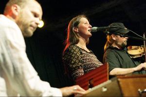 Emma Härdelin fick sjunga mycket under kvällen, såväl med trion Triakel som i rollen som huldra.