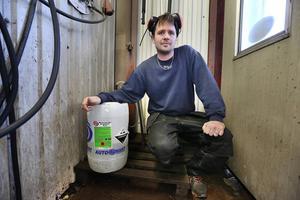 – Den här ingrediensen av miljöfarliga microtvättmedel används inte av normalbrukaren, säger Andreas Nordvall. Och spillet spolas inte orenat ut i naturen.