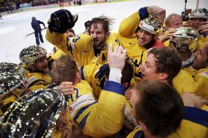 Tre Kronors assisterande lagkapten Niklas Persson mitt i jublet efter det svenska VM-guldet på söndagskvällen.