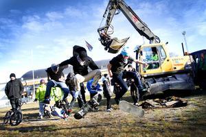 Äntligen!  Timothy Lindgren, Johan Söder och Johanna Karlsson ser fram emot att gräsmattan ska bli en skatepark.