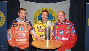 Bollnäs Patrik Larsson, Brobergs Svenne Olsson och Edsbyns Thomas LIw framför SM-bucklan som delas ut på Studenternas i Uppsala i mars nästa år.