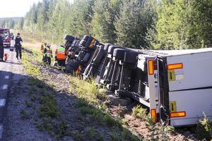Räddningtjänst och polis var på plats vid lastbilen som vält.