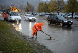 På E4 vid korsningen till Sjögatan jobbade Erik Gabrielsson och Kalle Krona från Peab vid 08.30-tiden på onsdagsmorgonen för att få bort löven från en dagvattenbrunn.