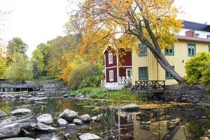Glädjande nog har Norrtälje bevarat delar av sina äldre hus längs med Norrtäljeån och vid Lilla torget. Här årummet, som av er läsare har blivit framröstat till Norrtäljes vackraste plats.