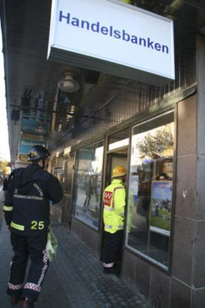 Räddningstjänsten var snabbt på plats när personalen på Handelsbanken kände röklukt.