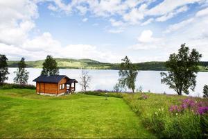 I Björkvattnet är tolv personer folkbokförda i dag. Från familjen Klingbergs hus ser man stora delar av byn.