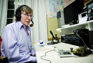 Jan-Eric Rehn trivs i klubblokalen på Paviljongvägen i Sidsjö. Där träffas Sundsvalls radioamatörers medlemmar varje tisdag, lyssnar på olika föredrag, fikar och umgås.