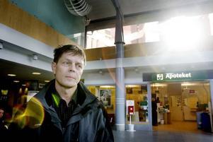 ÄNTLIGEN! På torsdag får de första patienterna i Gävleborg influensavaccinet. Smittskyddsläkare Signar Mäkitalo är glad när lådan med vaccin är på plats.