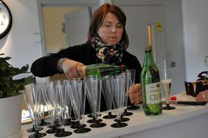 Kommunens näringslivsutvecklare Helena Åkerberg Hammarström häller upp cider inför skålandet.