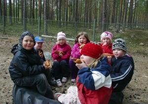 Barnen som går hos dagmammor trivdes med att få tillhöra en stor grupp men när det blev matdags samlades de i sin egen lilla trygga sfär.