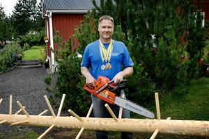 I tävlingssammanhang är kvistarna konstgjorda för rättvisans skull. För Lasse Strandell tar det 17 sekunder att kvista en stock.Men när sågen är igång är han förstås säkerhetsklädd på vederbörligt sätt.