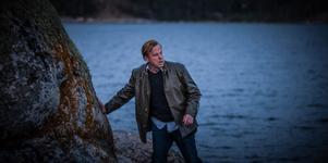 Kurt Wallander (Krister Henriksson) blir indragen i den gamla historien om ubåten i Hårsfjärden, när den visar sig ha kopplingar in i hans egen familj.