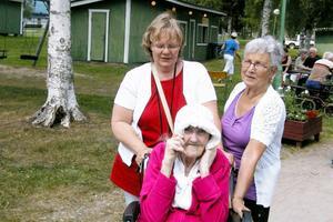 Eva Åsenlund från väntjänsten, Jenny Forslind och Ann-Marie Östberg från Sunnanbacken besökte seniormässan på onsdagen.