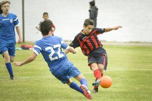 Kvicke anfallaren Zean Leonardi från maltesiska St. Elias höll Sundsvalls FF:s försvar sysselsatt under hela matchen. Här försöker sig Kim Tomley på en tackling. Det var dock SFF som avgick med segern, 2–1.