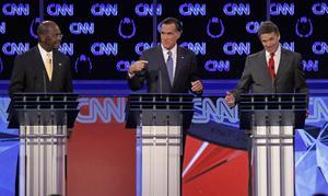 Höger om. De republikanska presidentkandidaterna måste gå långt till höger för att tillfredsställa partiets aktivister. Bilden visar Herman Cain, Mitt Romney och Rick Perry i en tv-debatt.foto: scanpix