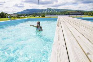 Hasselabadet har runt tvåtusen besökare varje sommar.