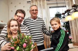 Barnbarnen Nellie och Axel Hillbom vill ge sin farmor och farfar, Monica och Pelle Hillbom en bukett tulpaner för att de får vara hos dem på eftermiddagarna.