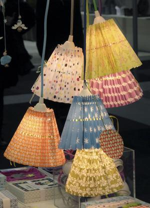 Gruppera mera. Testa att hänga lamporna i grupp i ett tråkigt hörn. Veckade lampor och lyktor (som påminner om kräftlyktor) förekom i många montrar.