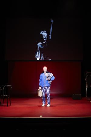 Under de första showerna gjorde hade Jonas Gardell alltid en väska på scen, som om han inte tillhörde utan bara råkade passera förbi.