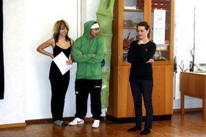 Ellen Larsson och Kattis Hofmann får instruktioner av teaterpedagogen Frida Carlsson-Mård.