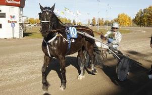 Nebbenes Jahn med Carl-Johan Jepson efter segern i V4-2. Foto: Foto: Micke Gustafsson/Foto-Mike
