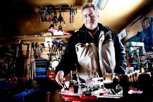 Bertil Persson från Ope gillar att klura ut saker och hoppas att någon skulle vilja utveckla hans idé om ett vindkraftverk som fästs på ett träd.