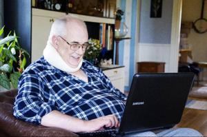 Födelsedagspresenten från dottern Marianne, en ny bärbar dator, använder Gösta flitigt varje dag.