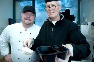 Det mesta är hemlagat när äldreboendena i Östersunds kommun får jullunch. Ett exempel är Ris á la Maltan som Eva Östling och kökschefen Fredrik Berglund portionerade dagen före dopparedagen.