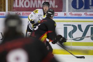 AIK Härnösands Dominik Michalica med pucken i i onsdagkvällens bortamatch i kvalet till hockeyettan.