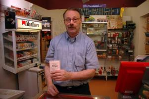 SÅLDE LOTTEN. Börje Fredriksson har jobbat på Tierps cigarr & pappershandel sedan 70-talet. Helgens storvinst på 8,7 miljoner kronor är den största han har sålt.