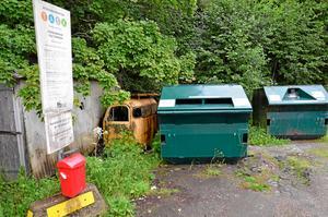 Här vid återvinningsstationen vid Macken i Mullhyttan vill motionärerna att det ska snyggas upp.