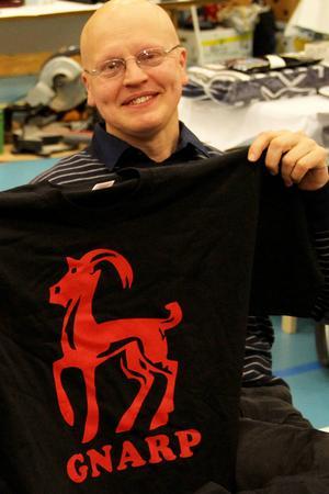 – Pengar från T-shirtförsäljning är en del av intäkterna i Gnarpsbygdens väls fond, berättar Anders Engström.