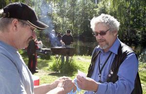 Tonny Nilsson från LO-facken i Ånge delar ut lotter, här till Sven Svensson.