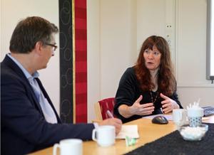 Ambassadör Kenneth Macartney och förvaltningschef Malgorzata Zapasnik-Håkansson hade en del att diskutera.