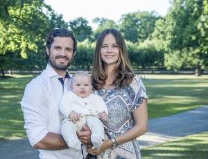 Prins Carl Philip, Prinsessan Sofia och lillprinsen Alexander Erik Hubertus Bertil – som föddes den 19 april i år.