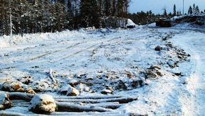 Med virke som underlag läggs ett halvmetertjockt lager jord för att skapa en hållbar transportväg.Foto: Ingvar Ericsson