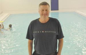 Vaktmästaren Roger Karlström fortsätter som badmästare i Björkängsbadet.