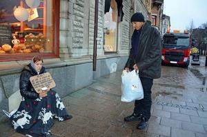 Här brukar Irina Gherasa sitta på dagarna. Längre ner på gatan brukar Bujo Dumitru sitta. Han berättar att Irina är gravid i tredje månaden.