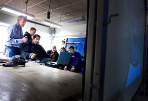 Årskurs 2 på skogsinriktningen på                       Åsbygdens naturbruksgymnasium, har lektion i skördesimulatorn. Erik Alenius sitter vid spakarna.  Foto: Håkan Luthman