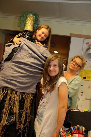 Häxkonster. Matilda Bergman och Ella Olsson får goda råd av Riita Tjörneryd hur de ska få på häxans kläder.